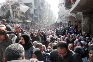 Yarmouk residents gathered to await a food distribution from UNRWA in January 2014. Photo: UNRWA Archives.